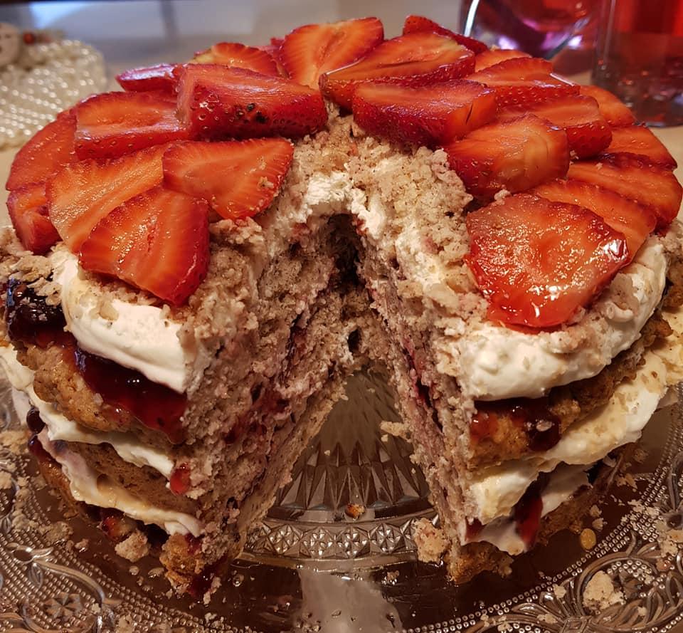 עוגת שכבות מבצק פריך עשירה באגוזים, קרם שמנת וקונפיטורת אוכמניות_מתכון של נורית יונה