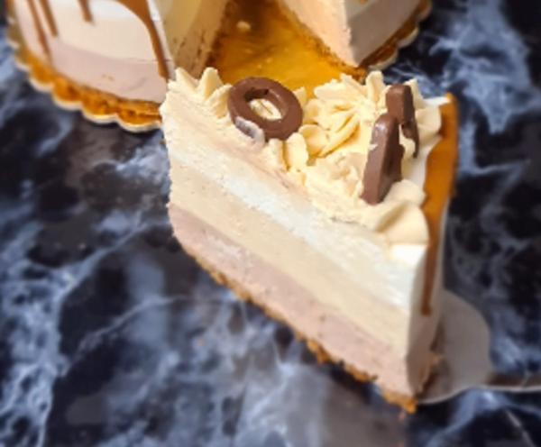 מתכון כתוב + סרטון להכנת מוס גבינת טריקולד עם ממרח לוטוס בזילוף קצפת ממרח לוטוס_מתכון זקלין פדלון