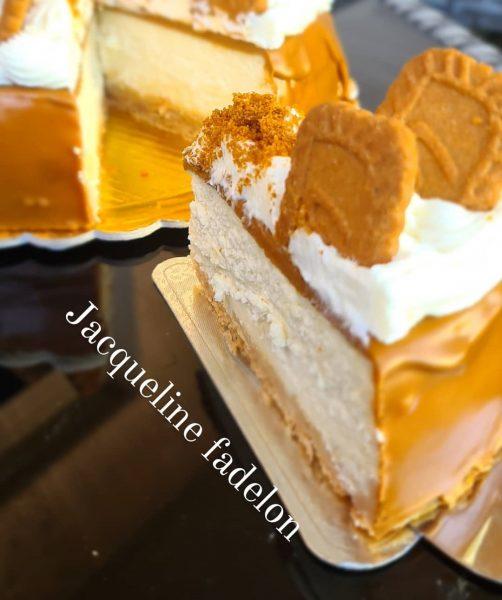 מתכון כתוב + סרטון להכנת עוגת גבינה אפויה ללא קמח עם שוקולד לבן על תחתית ביסקוויטים בציפוי ממרח לוטוס וזילוף קרם גבינה_מתכון זקלין פדלון