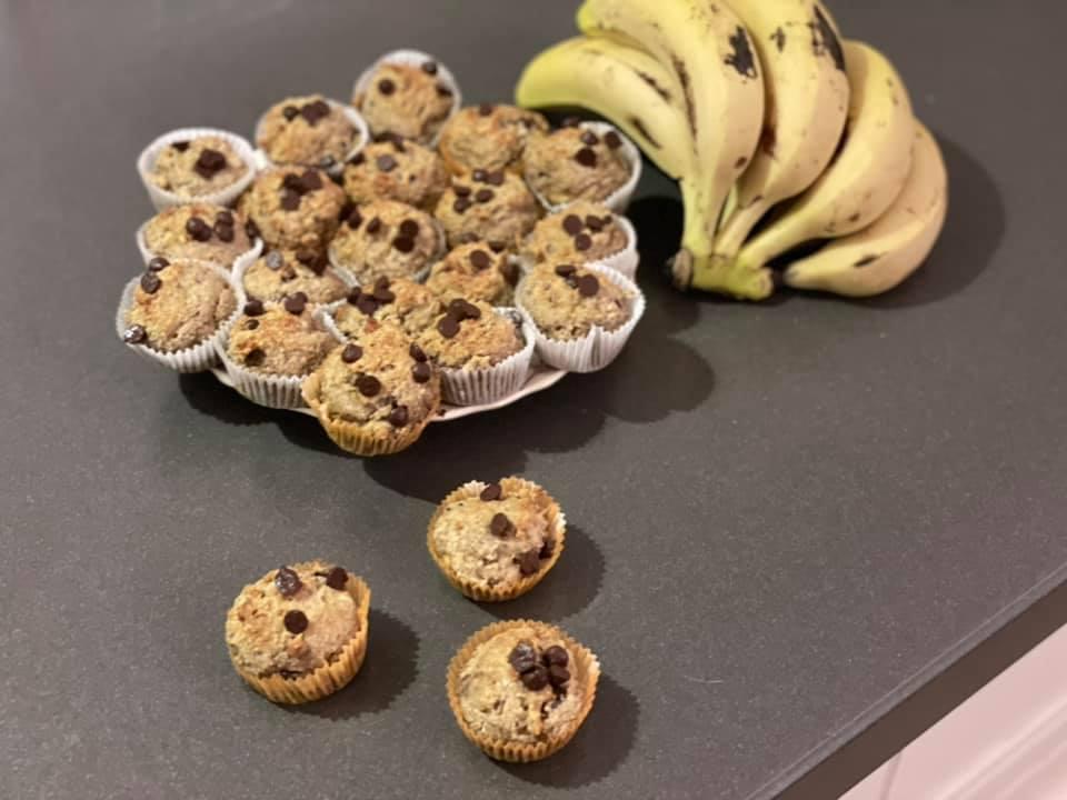 מיני קאפקייקס בננה עם מיני שוקולד צ׳יפס ללא גלוטן וללא סוכר_מתכון של גלי אלון בובר