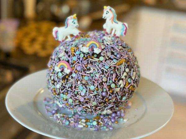 עוגת כדור שוקולד עם מלא קישוטים של חד קרן_מתכון של גלי אלון בובר – מאסטר מתכונים