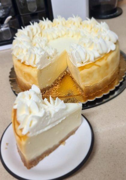 עוגת גבינה עם שוקולד לבן ללא קמח מושלמת על תחתית ביסקוויטים בזילוף ממרח לוטוס_מתכון של זקלין פדלון – מאסטר מתכונים