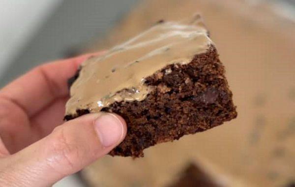 חיתוכיות בננה שוקולד מקמח כוסמין ממותקת עם סוכר תמרים ומעל הכל יש מלא קרמלו_מתכון של גלי אלון בובר – מאסטר מתכונים